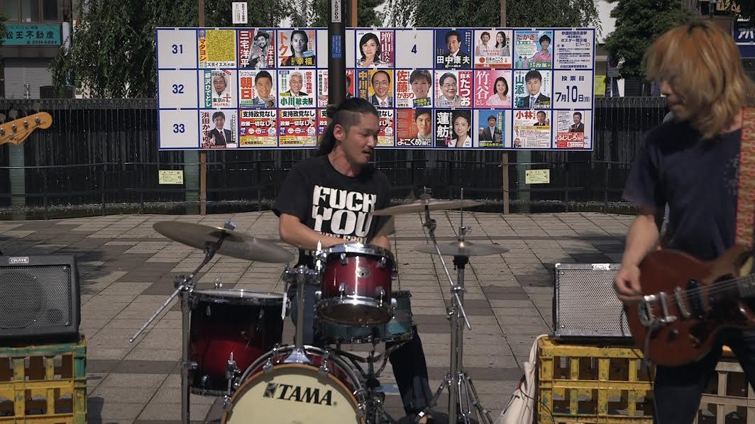 Rocker et affiches électorales